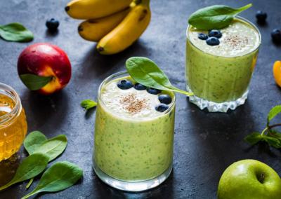 Detox green smoothies. groene smoothie met fruit, honing en spinazie. Ultra gezonde detox groene smoothie met spinazie, chia zaden, bananen, groene appel, yoghurt en honing